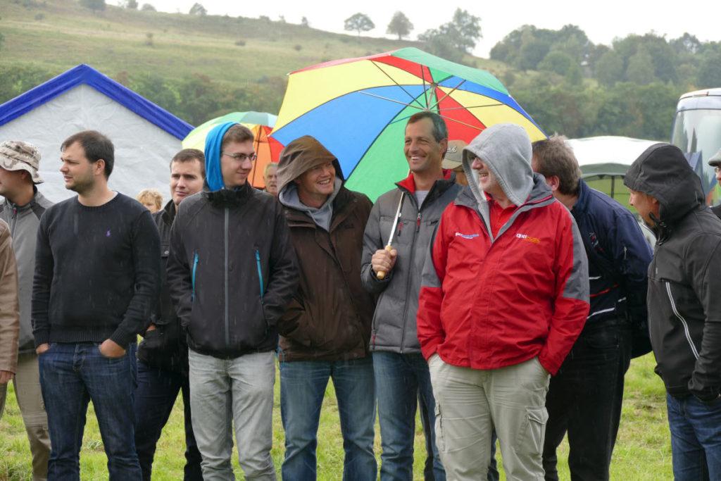 Beim Briefing noch leichter Regen